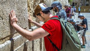 Miki, frente al Muro de las Lamentaciones, en Jerusalén.