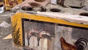 Detalle del fresco que representa a aves de corral, como gallinas y ánades reales, parte de la decoración descubierta en un termopolio (restaurante de comida rápida) de Pompeya.