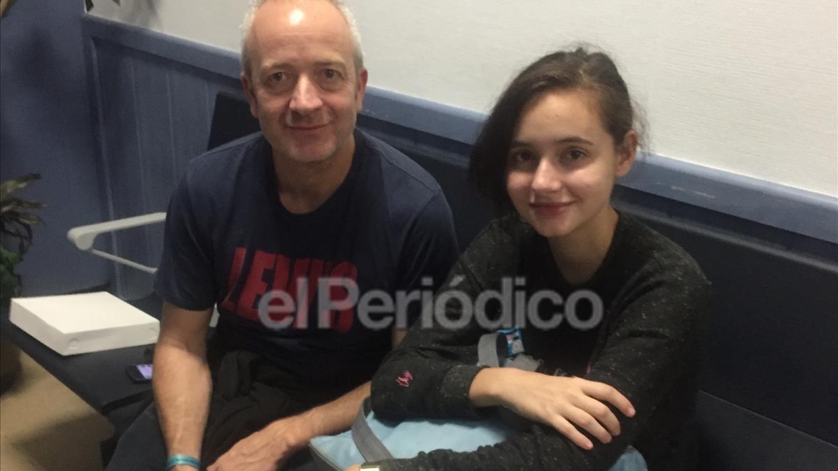 Patricia y su padre, en la Terminal 1 de Barajas.