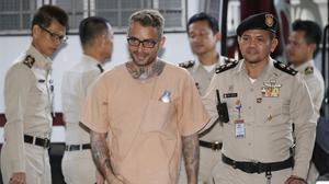 Artur Segarra (centro), a su llegada al Tribunal Criminal de Tailandia, el 4 de mayo, en Bangkok.