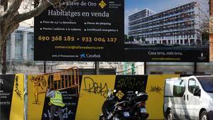 El precio de la vivienda ralentiza su subida al 0,9%, la menor desde el 2014. En la foto, promoción de pisos en venta en el barrio de Poblenou, en Barcelona.
