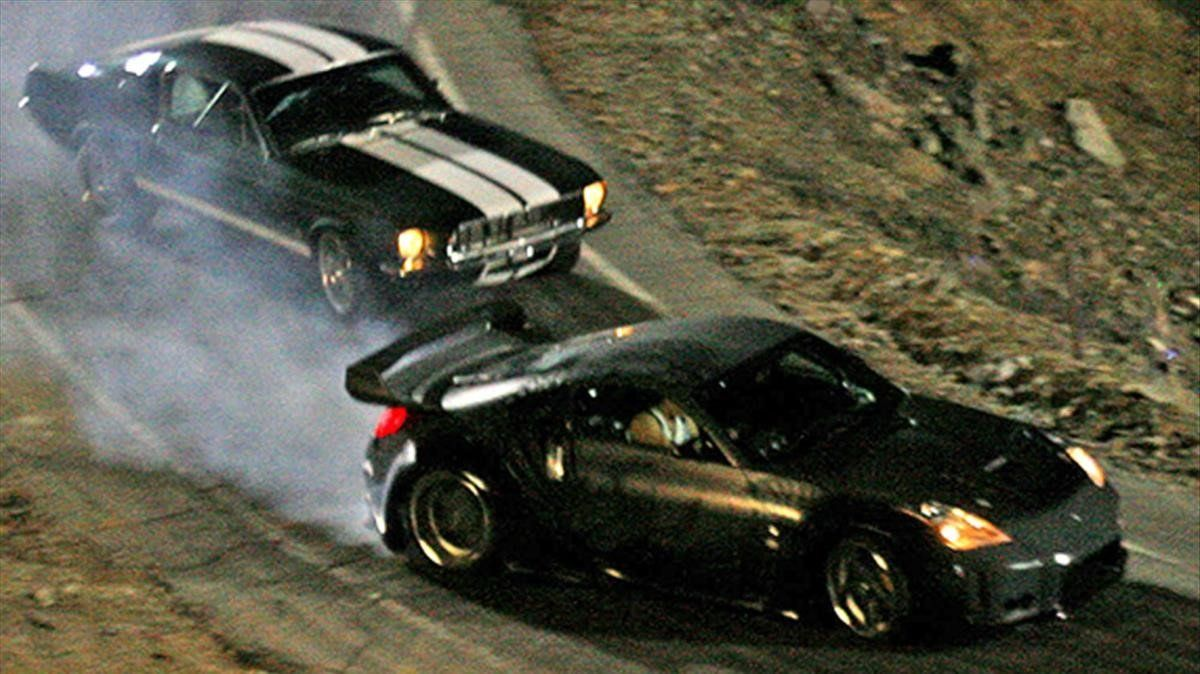 Un Ford Mustang Fastback de 1968, reequipado con el motor de un Nissan Slivia S15, compite conun Nissan 350Z en 'A todo gas: Tokyo race'.