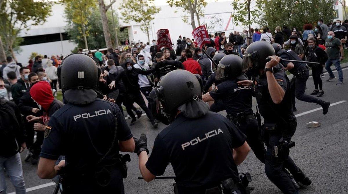 Policías antidisturbios cargan contra manifestantes en Vallecas, el jueves 24 de septiembre.