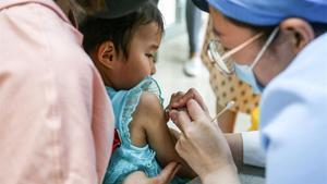Un niño recibe una dosis de una vacuna antineumocócica en un centro sanitario de la ciudad deZhengzhou, en China.