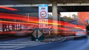 Un coche pasa ante una señal de la Zona de Bajas Emisiones, en la Ronda Litoral