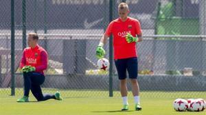 Cillessen (de pie), en un entrenamiento del Barça junto a Ter Stegen.