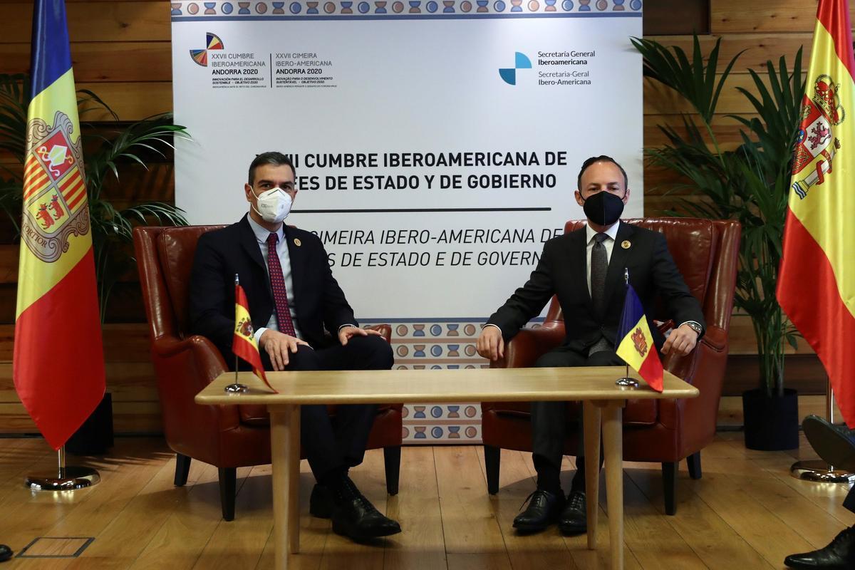 El presidente del gobierno español, Pedro Sánchez, y el jefe de Gobierno de Andorrra, Xavier Espot, durante la reunión que han mantenido ambos en Soldeu en el marco de la XXVII Cumbre Iberoamericana que acoge Andorra.
