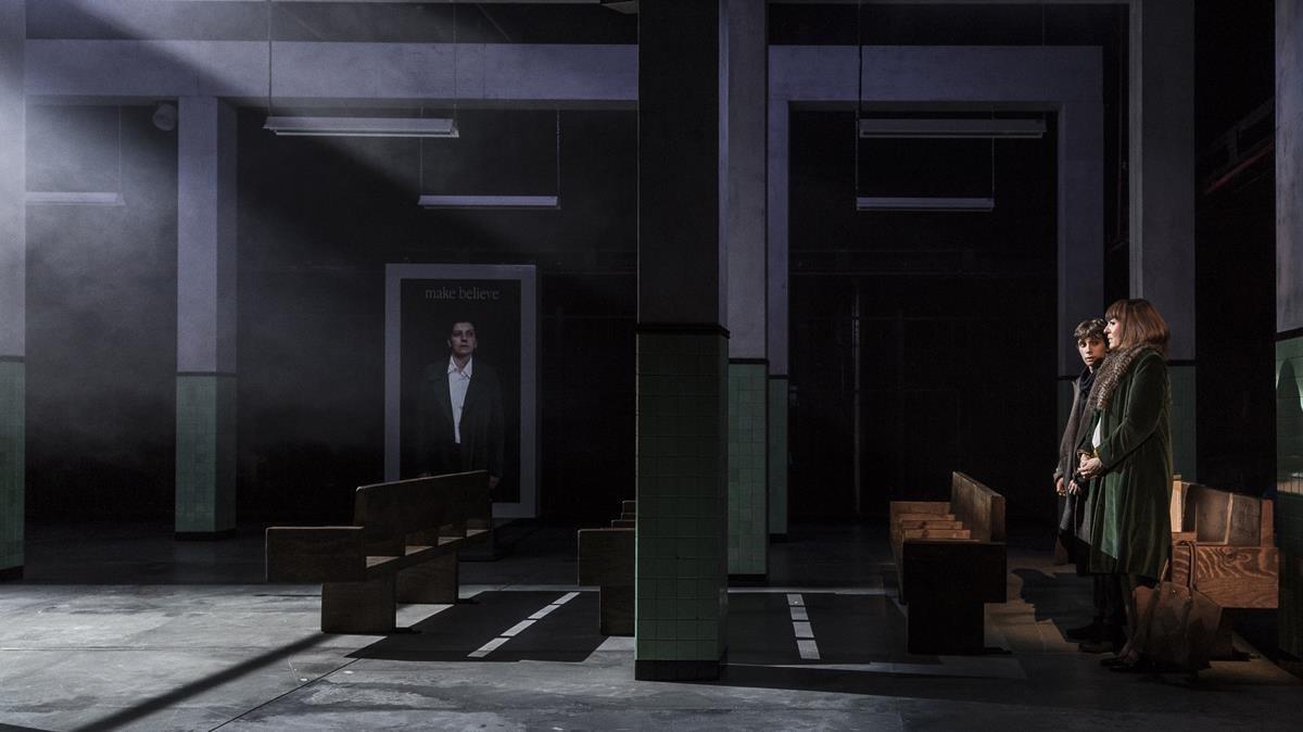 Un único y desangelado espacio compone la escenografía de'Islàndia'.