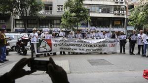 Manifestación ante la sede de la Conselleria de Treball para reclamar la renta garantizada.