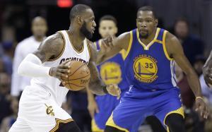 Lebron James conduce el balón ante Durant, durante la última final de la NBA