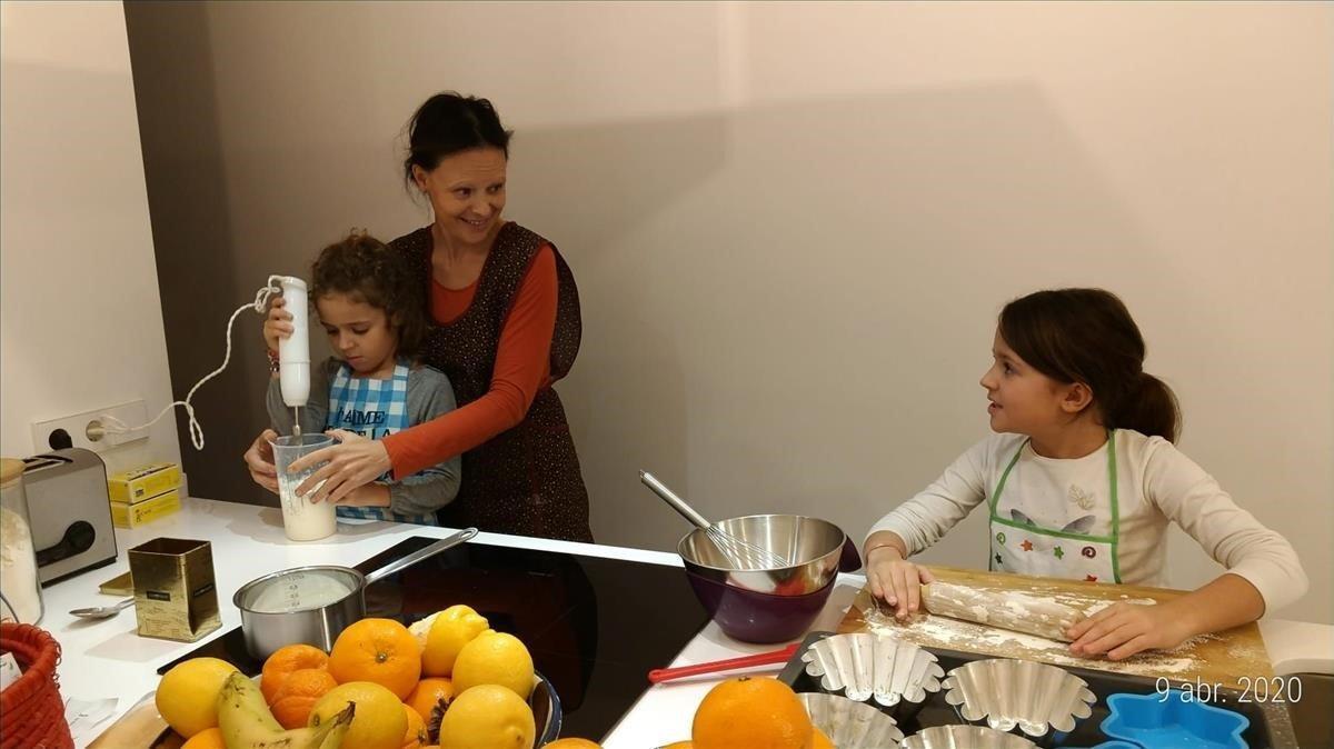 Una familia cocina pasteles en su casa.