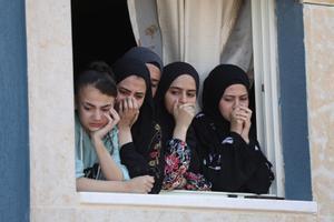 Mujeres palestinas observan desde una ventaja el funeral de un hombre muerto tras los enfrentamientos en la aldea de Saida, en Cisjordania, con tropas israelíes.