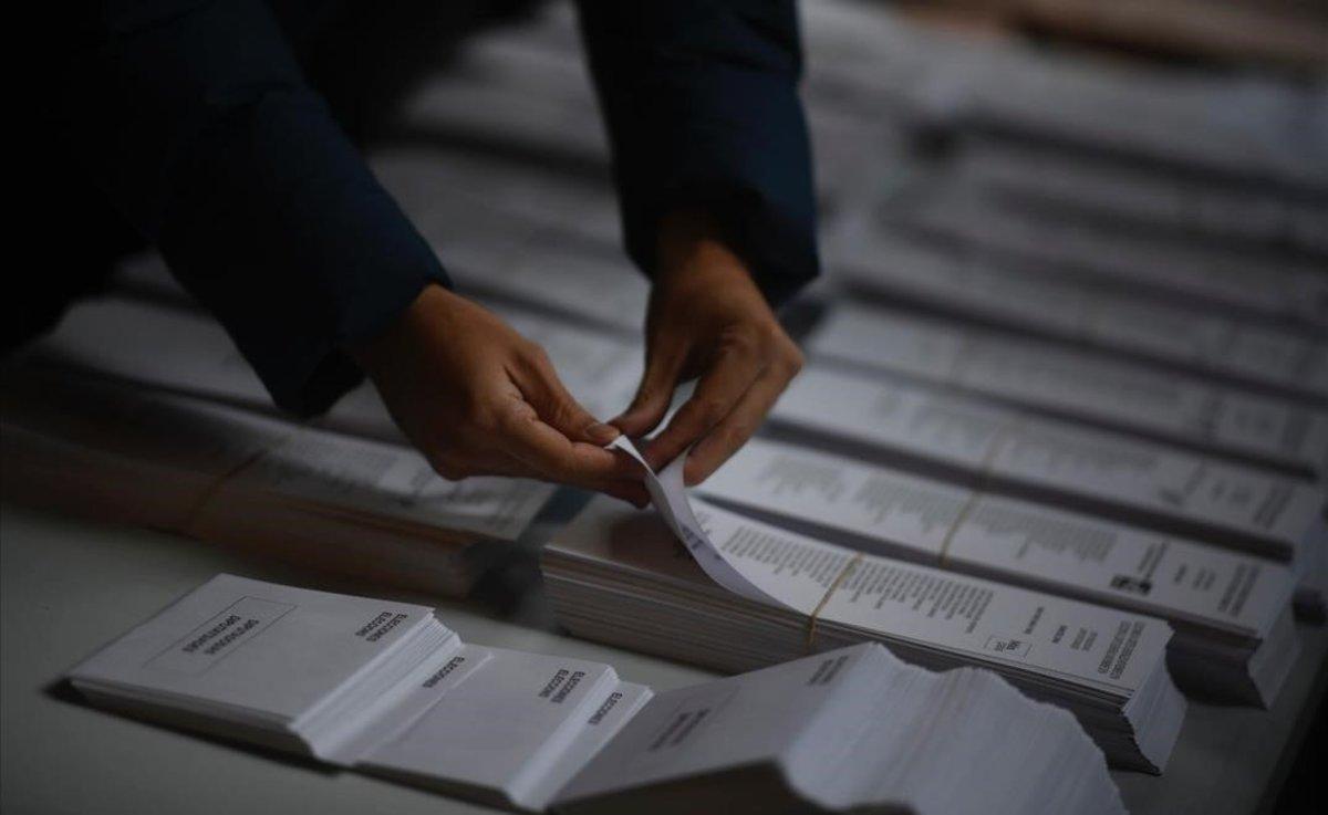 Papeletas en un colegio electoral de Barcelona.