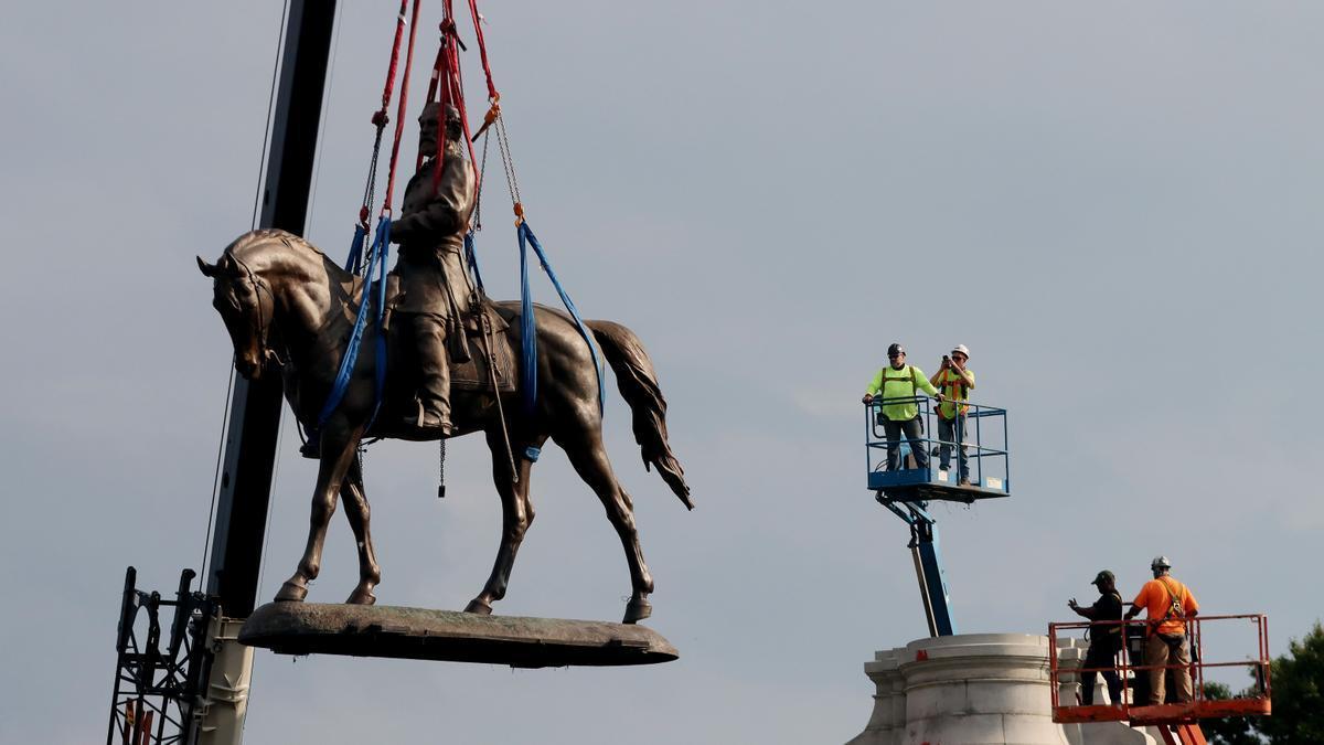 Statue of Robert E. Lee taken down in Virginia