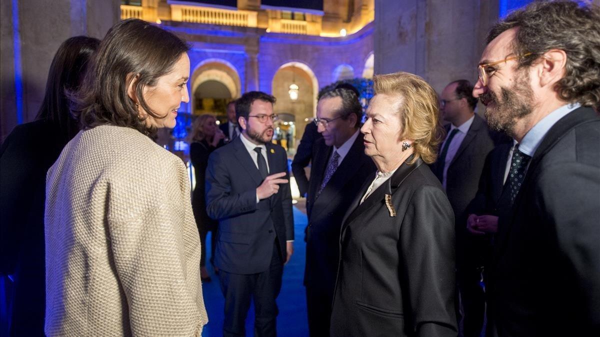 Arantza Sarasola,Javier Moll y Aitor Moll (derecha) conversan con Reyes Maroto y Pere Aragonès (centro).