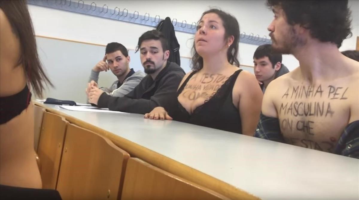 Un grupo de estudiantes se quedaron el pasado martes en sujetador ante Luciano Méndez, el profesor que le dijo a una alumna que su escote le distraía para impartir la clase.