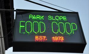 El cartel luminoso de Park Slope Food Coop, con neones clásicos del comercio de Nueva York y, en este caso, con la fecha de su fundación.