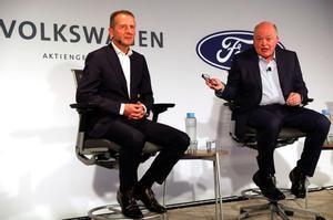 Herbert Diess, CEO del Grupo Volkswagen, y Jim Hackett, CEO de Ford, en julio