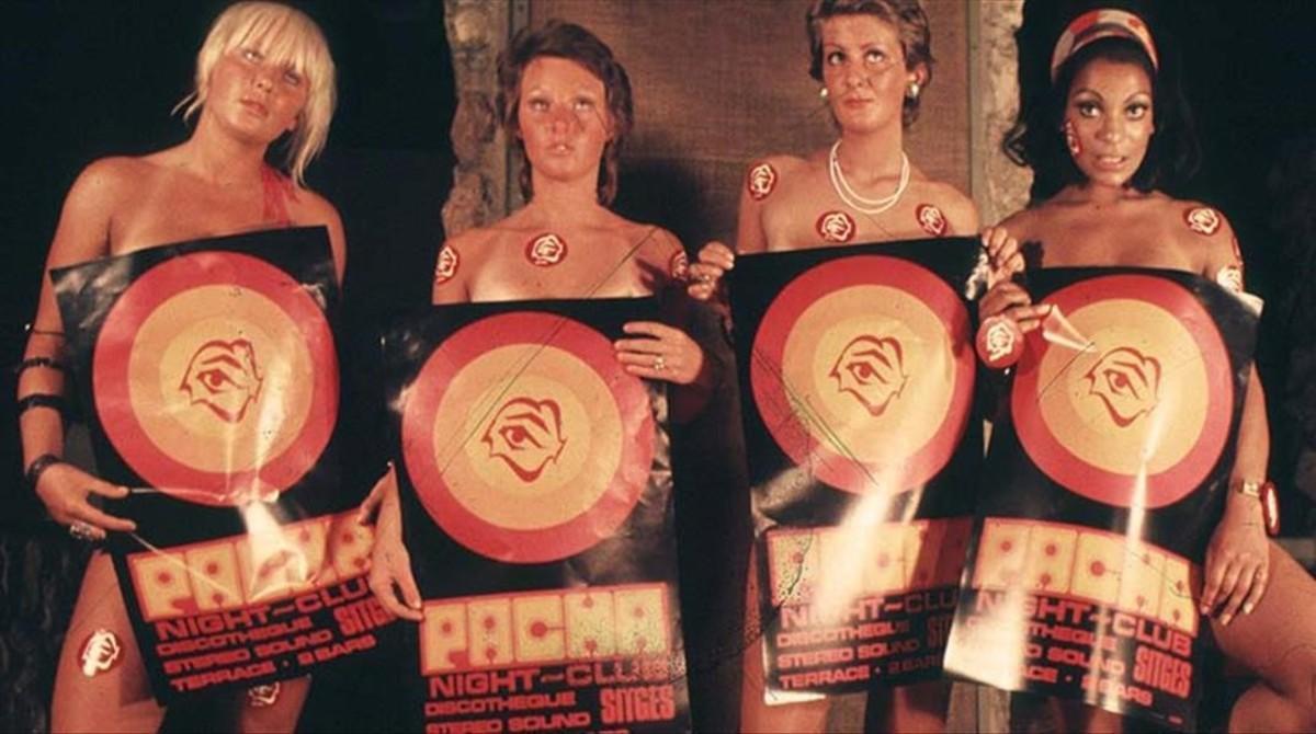 Un grupo de gogós promocionan en 1967 la primera discoteca Pachá, situada en el paseo de Sant Dídac, de Sitges.