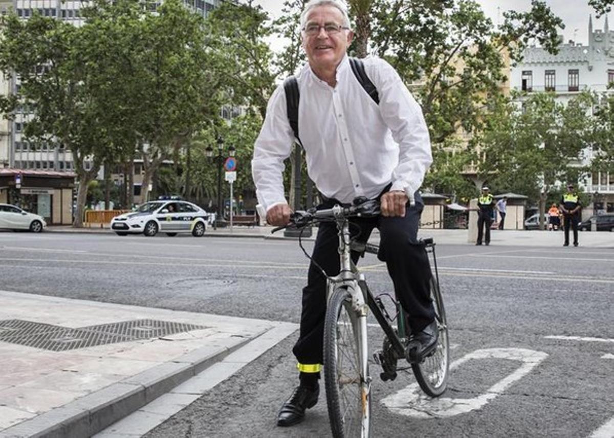 Ribó, su bici y el casco