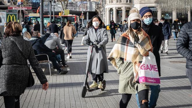 Barcelona quiere obligar a los usuarios de patinetes a llevar casco y seguro