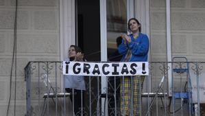 Aplausos a los sanitarios en el Hospital Dos de maig (Barcelona) en abril.