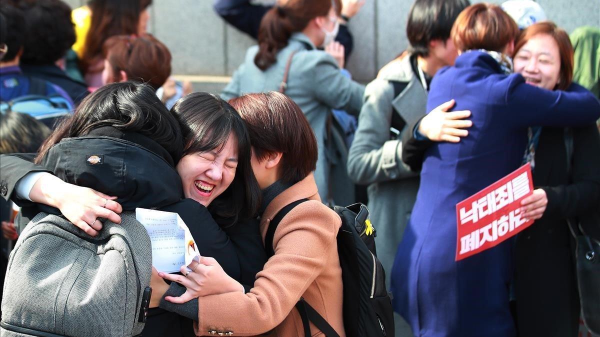 Manifestantes a favor del aborto celebran la decision este jueves del Tribunal Constitucional en Seul