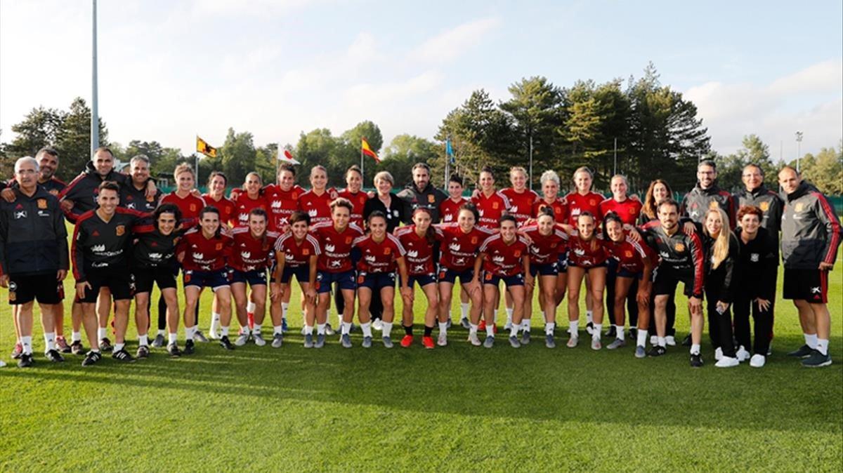 Las jugadoras de la seleccion espanola de futbol durante un entrenamiento en Francia de cara al Mundial 2019.