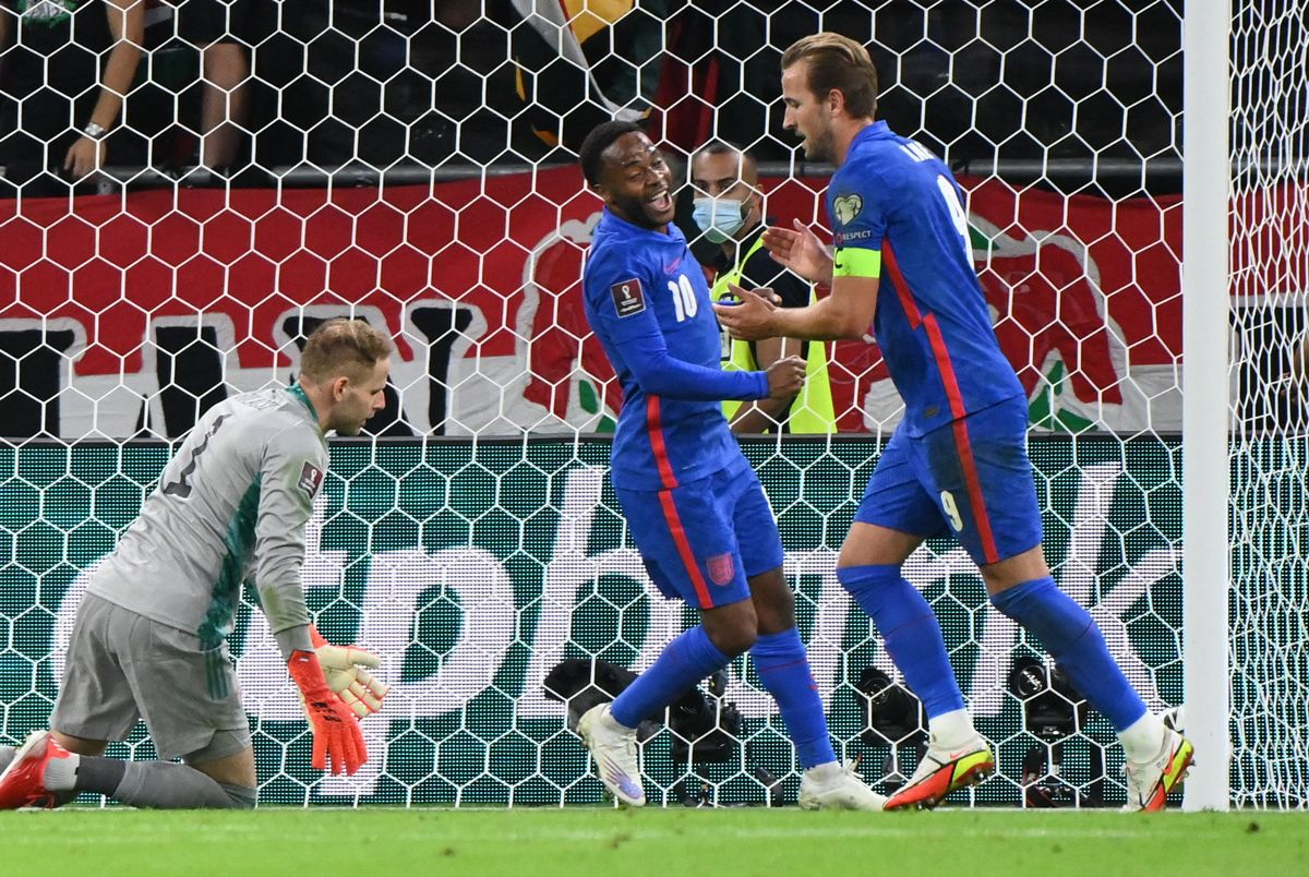 Sterling y Kane celebran uno de los goles frente a Hungría