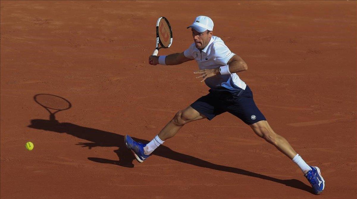 Bautista devuelve un revés, ante Carreño, en u duelo en Roland Garros.