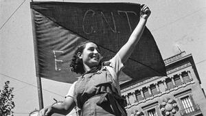 Exposición fotográfica 'La guerra infinita', de Antoni Campañà, en el MNAC. En la foto, una miliciana en una barricada de la calle Hospital de Barcelona, en julio de 1936.