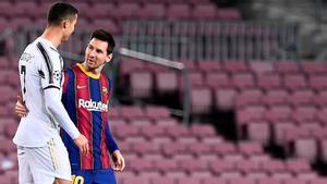 Messi y Cristiano se saludan en el último partido de Champions entre el Barça y la Juve.
