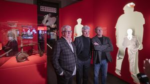 De izquierda a derecha, Joan Gràcia, Carles Sans y Paco Mir, componentes del Tricicle  en una de las salas de la exposición del Palau Robert dedica al genial trio humorístico.