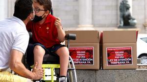 Entrega en el Congreso de los Diputados de 100.000 firmas por una Ley de Atención Temprana, en la imagen Iker besa a su padre.