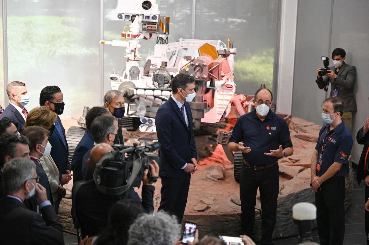 El presidente del Gobierno, Pedro Sánchez, en las instalaciones del Jet Propulsion Laboratory (JPL) de la NASA, en Pasadena (California), y posa delante de una réplica del 'rover' Mars 2020 Perseverance, este 22 de julio.
