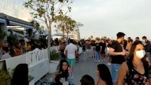 La Marina revoca permisos de terrasses a locals que van permetre massificació de gent