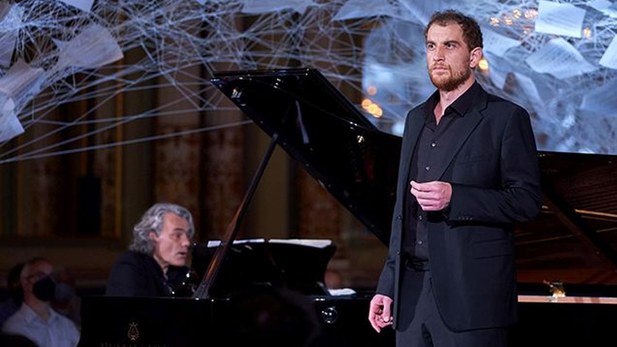 'Winterreise', con el bajo Tareq Nazmi y el piansita Gerold Huber en un momento de su actuación junto a la instalación de Chiharu Shiota en la Sala dels Miralls.