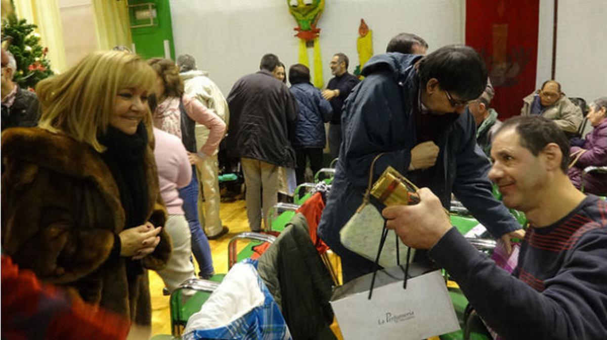 Carrasco visitando a los residentes del centro Asistencial Nuestra Señora del Valle de la Bañeza (diciembre 2013).