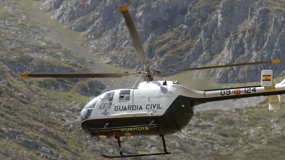Vecinos de un pueblo andaluz amenazan con tirar piedras a un helicóptero de la Guardia Civil en una operación antidroga.