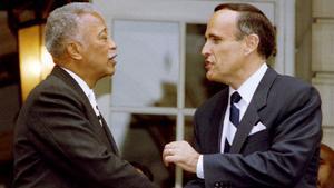 En esta foto de archivo tomada el 3 de noviembre de 1993, el alcalde de la ciudad de Nueva York, David Dinkins (izquierda) y el alcalde electo Rudolph Giuliani.