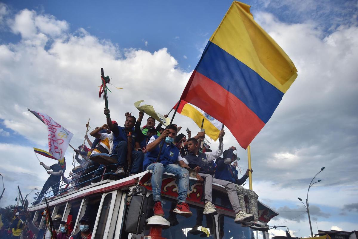 Miles de manifestantes bloquean algunas calles durante una nueva jornada de protestas contra la reforma tributaria, mientras se conmemora el Día Internacional de los Trabajadores, en Cali (Colombia).