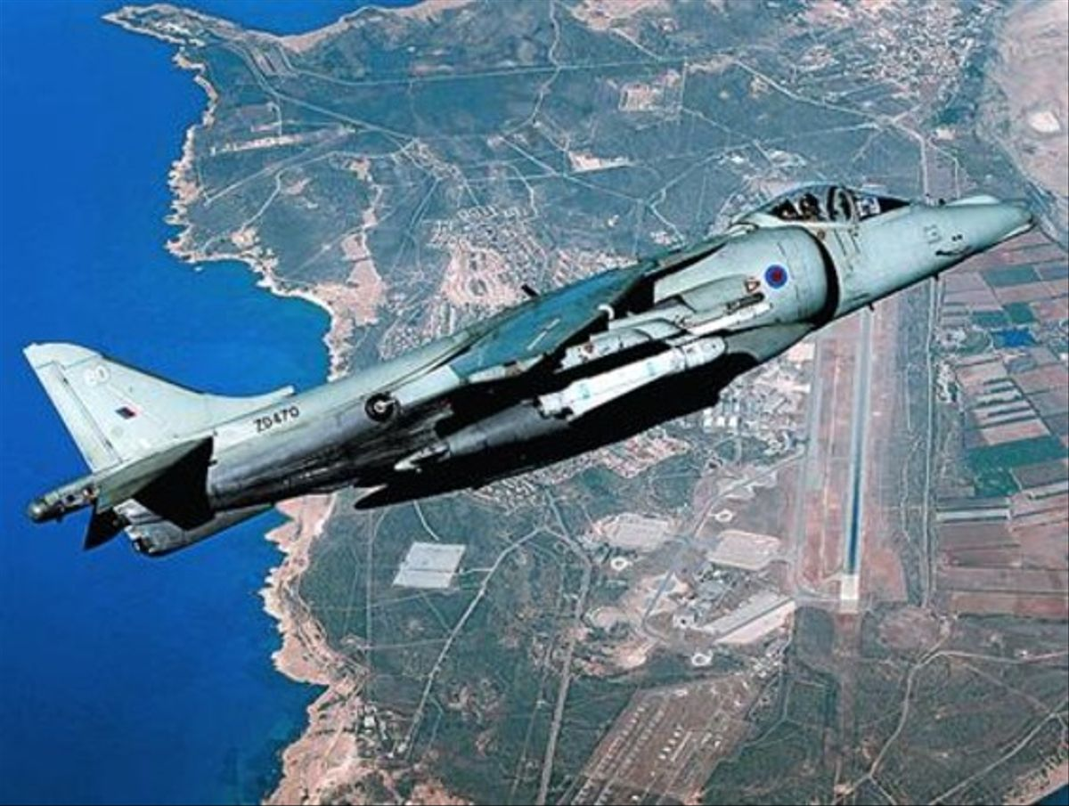 Un Harrier sobrevuela una base británica en Chipre, en el 2010.
