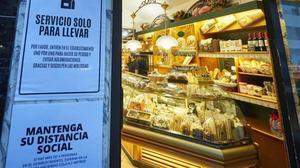 Una cafetería de Pamplona advierte a sus clientes que solo pueden hacer pedidos para llevar a casa.