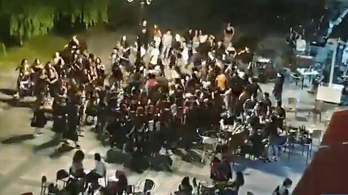 Una regidora de Bildu dimiteix i és multada per participar en un ball massiu a Beasain
