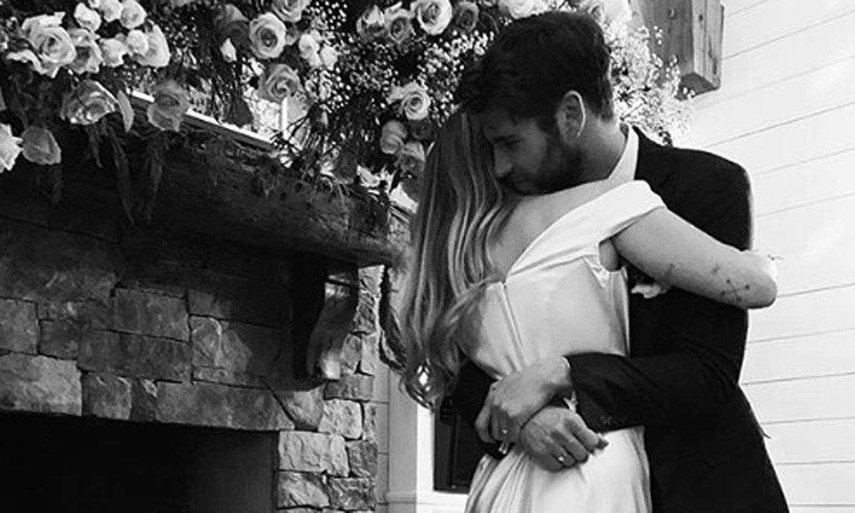 Miley Cyrus y Liam Hemsworth, en una de las fotos de su boda.