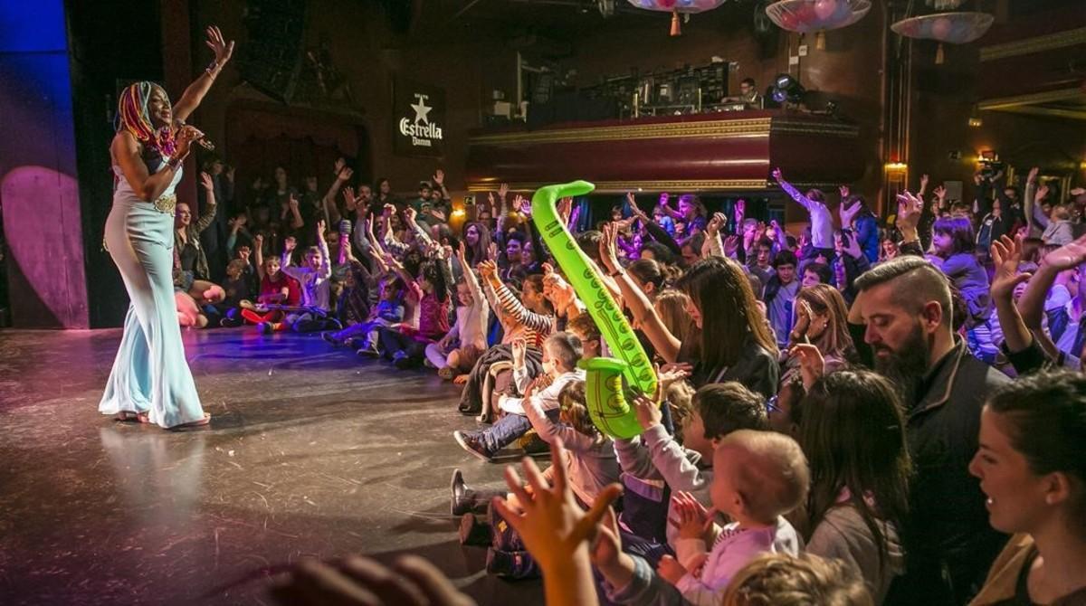 Padres e hijos saludan la actuación de Lucrecia en el Luz de Gas, durante el Party Family en la discoteca barcelonesa.
