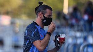 Gareth Bale se dirige a ocupar su puesto en la grada de Valdebebas antes del partido contra el Villarreal.