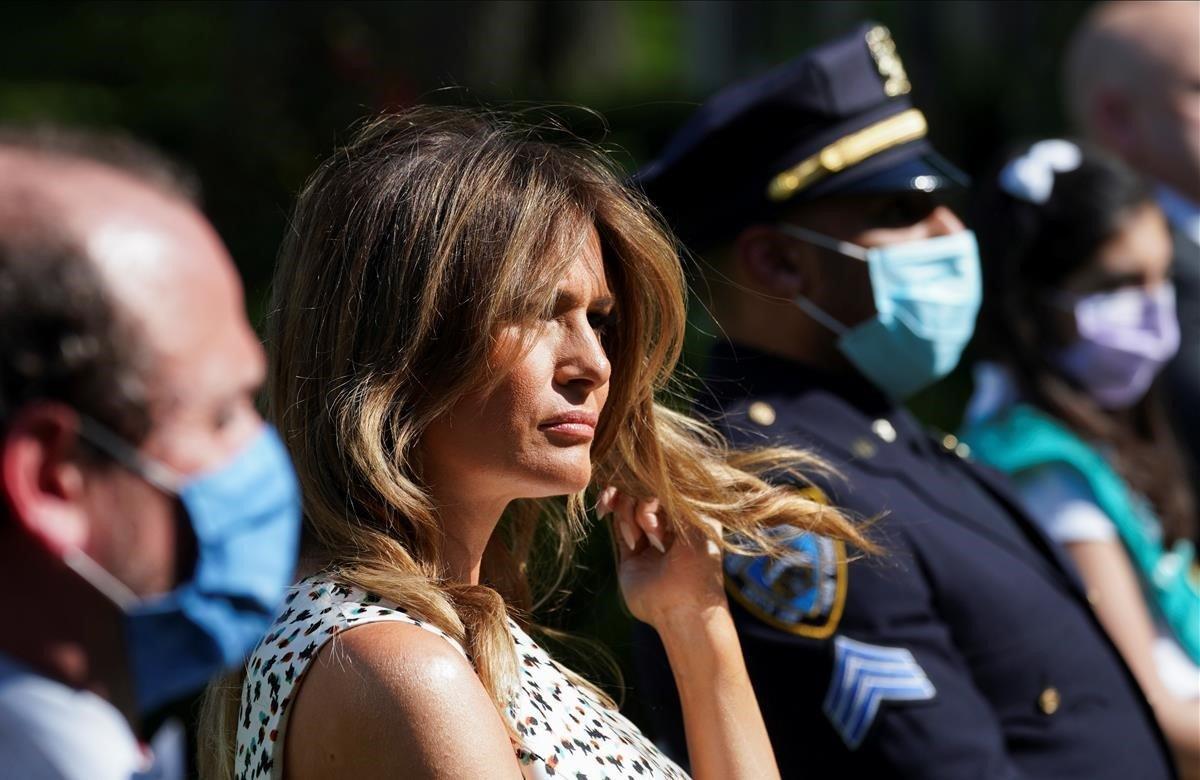 La primera dama de los Estados Unidos, Melania Trump, rodeada máscaras protectoras.