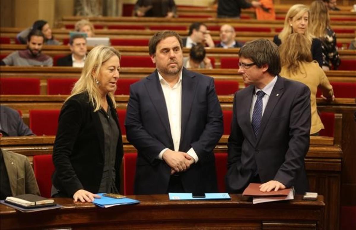 La 'consellera' Neus Munté, el vicepresidente Oriol Junqueras y el 'president' Carles Puigdemont, en el Parlament.