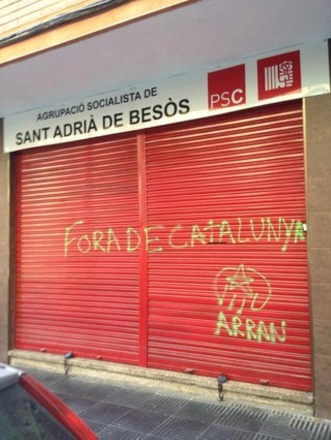 Pintada en la sede del Partit dels Socialistes de Catalunya de Sant Adrià del Besòs.